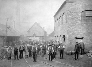 ©Ironbridge Gorge Museum Trust. Coalbrookdale Company employees at the Upper Works c. 1901.