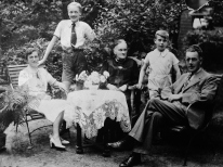 The Schuit family from Hengelo. Dick and Henrik are the two young boys picture standing-up. ©Come Step Back In Time (The Langley Family Archive)
